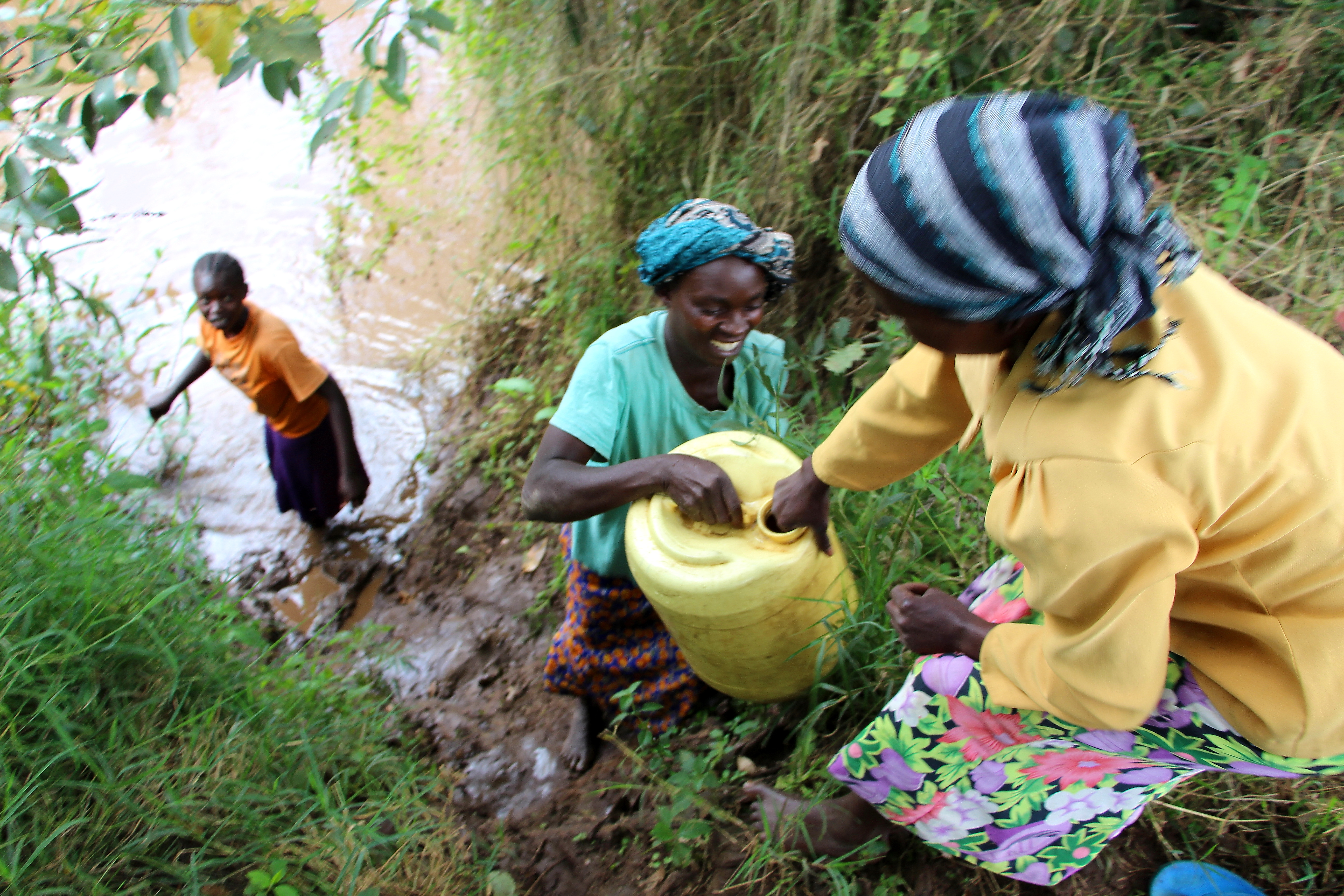 African women collecting water at the Sabwani River